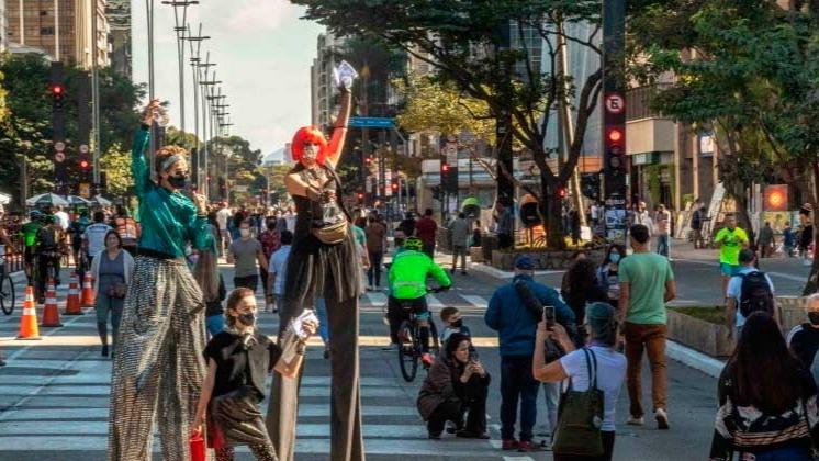 Avenida Paulista, em São Paulo, fica cheia na reabertura após mais de um ano fechada DANIEL TEIXEIRA/ESTADÃO CONTEÚDO - 18.7.2021