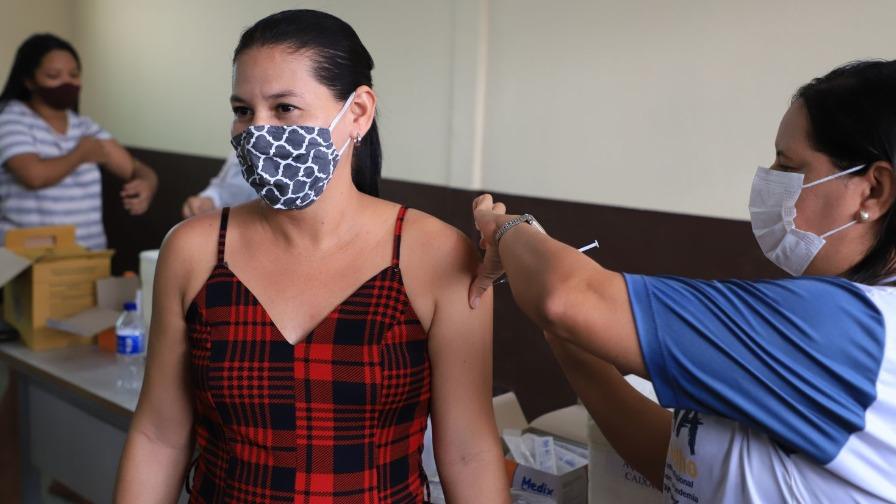 Escola Daniel Neri tem segundo dia de vacinação contra a covid-19 neste sábado