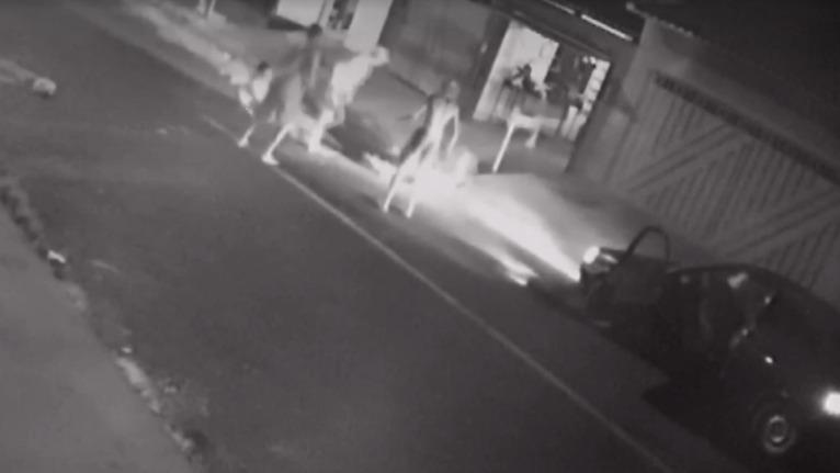Vídeo: mulher esfaqueia 3 homens no meio da rua