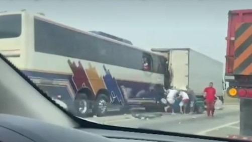 Vídeo mostra passageiros pulando de ônibus após acidente que matou 6 pessoas em São Paulo