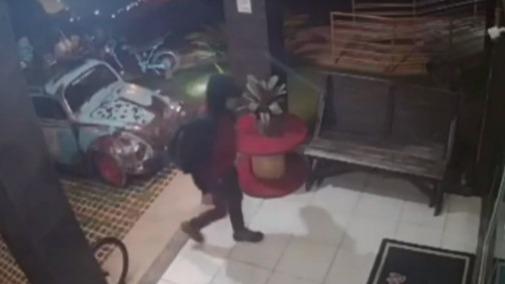 Vídeo mostra dono de barbearia correndo de cueca atrás de bandido