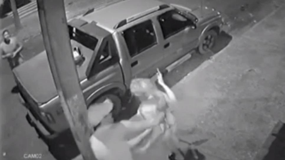 Vídeo mostra homem esfaqueando esposa pelas costas; mulher morreu