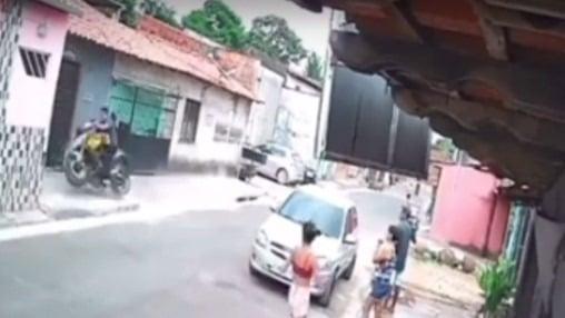 Jovem morre após empinar moto e bater em muro