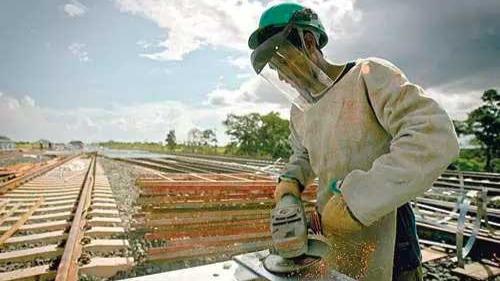 Operário trabalha em construção de ferrovia no Brasil Foto Foto: ROBSON FERNANDJES/AGÊNCIA ESTADO - 18.2.2010