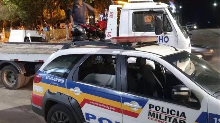 Jovem é preso após empinar moto de propósito em cima de policial em Minas