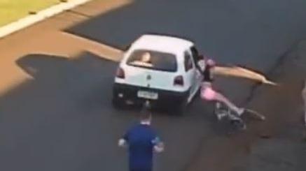 Vídeo: mulher cai de bike após homem passar de carro e tocar nádegas dela