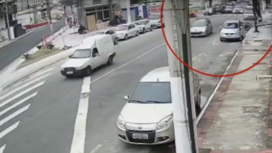 Veículo desgovernado atinge três carros e moto; veja o vídeo