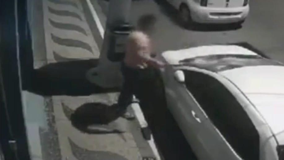 Vídeo mostra homem com facão tentando destruir carro de ex-namorada