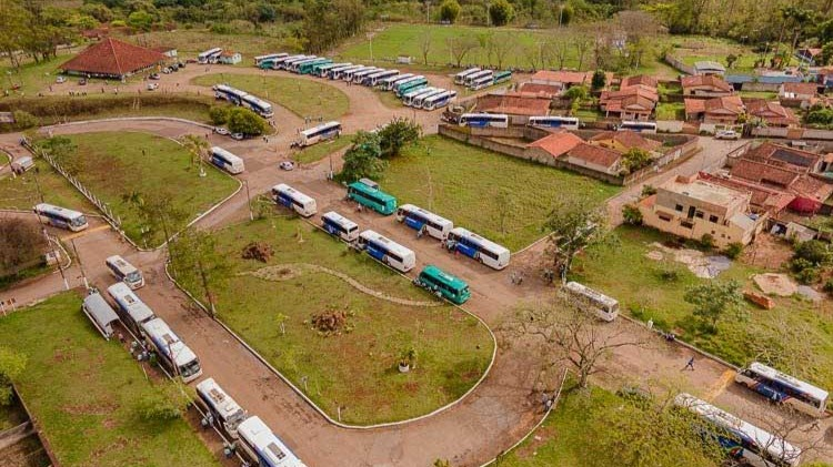 Dezenas de ônibus da Univale estão há dois dias sem levar trabalhadores para as minas da Vale. Foto: Lui Pereira / Agência Primaz