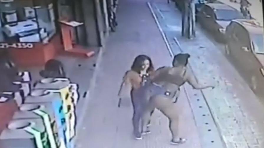 """Vídeo: mulher derruba desconhecida com """"bundada""""  em via pública"""