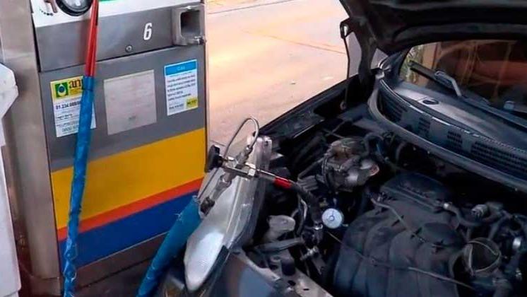 Abastecer veículos com GNV garante economia de 50% REPRODUÇÃO/RECORDTV