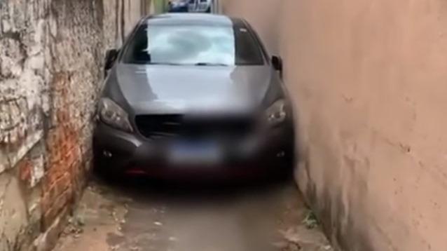 Vídeo: carro de luxo fica entalado em beco e surpreende moradores