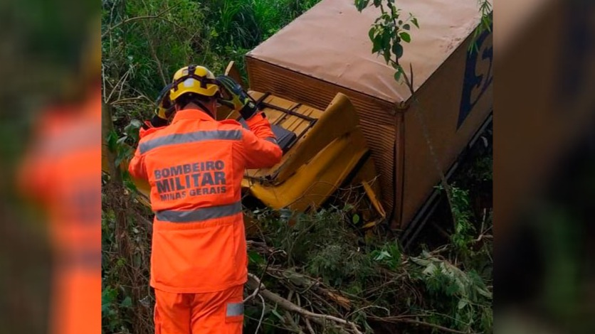 Caminhão dos bombeiros cai em ribanceira e caminhoneiro morre em Minas Gerais