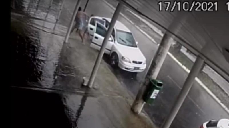 Vídeo: criança sofre descarga elétrica após descer do carro durante temporal