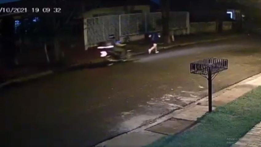 Vídeo mostra motociclista passando a mão no corpo de mulher que corria em rua