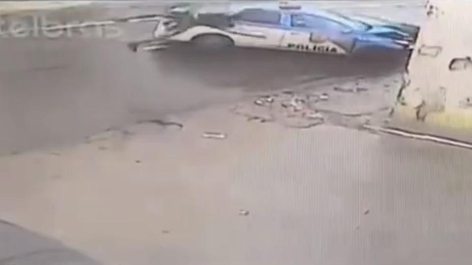 Vídeo: suspeito morre após colidir contra viatura policial
